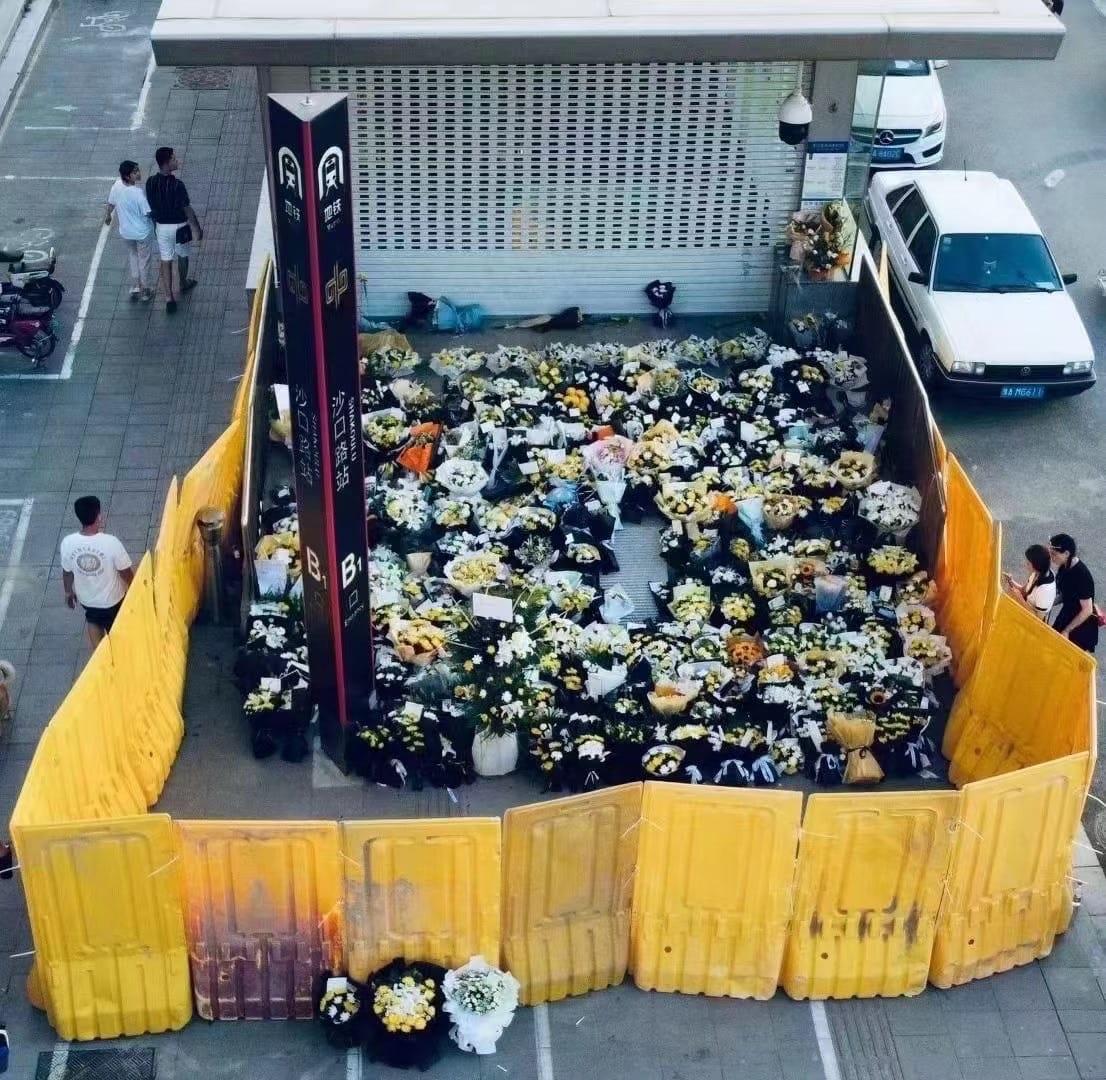 花束的數量很明顯遠高於公佈死亡人數