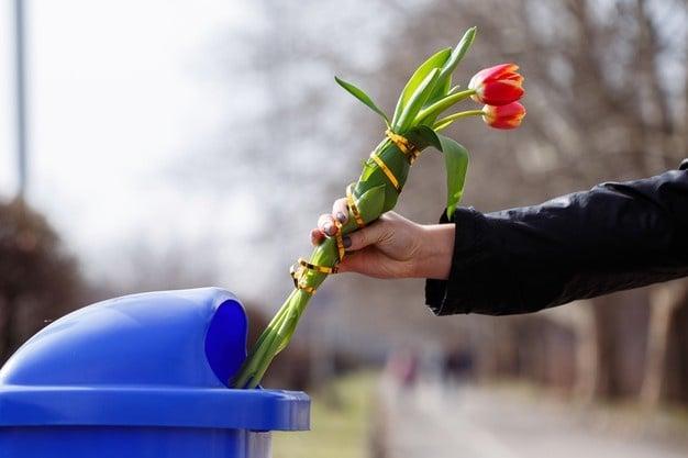 來自垃圾桶的花,不要浪費